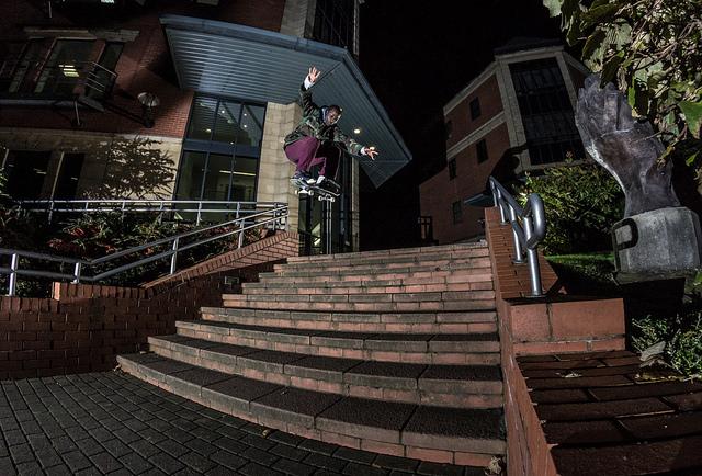 スケボー階段をオーリーで飛ぶ