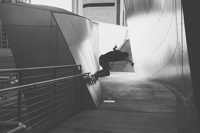 壁をスケボーで滑る