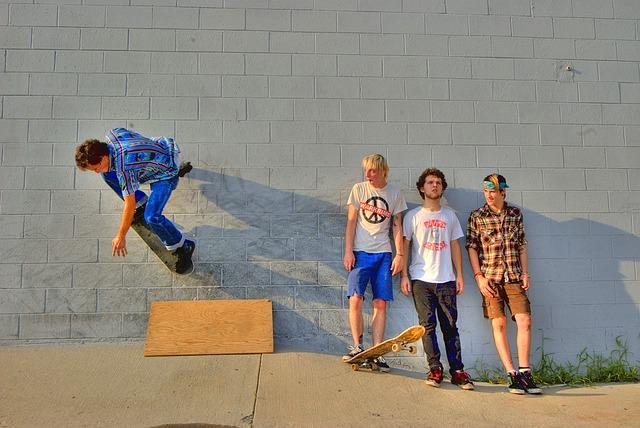 スケートボードを楽しむ男子達