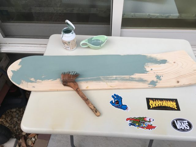 手作りスケボーをミルクペイントで塗装