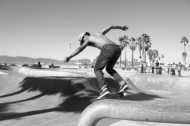 スケートパークで滑るスケートボーダー