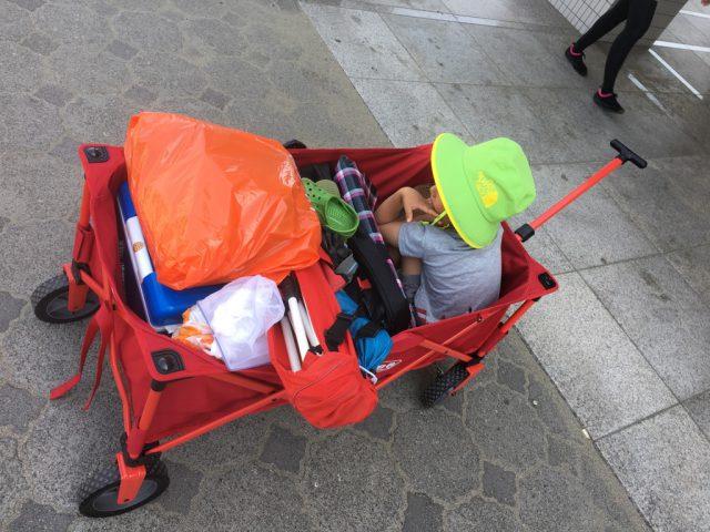 コールマンのアウトドアワゴンに子供と荷物を積む