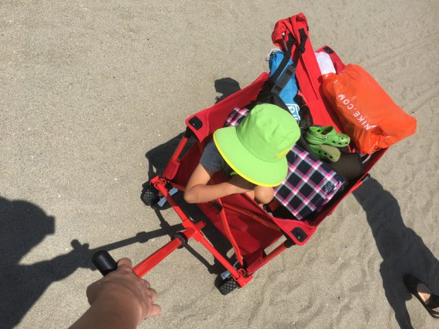 コールマンのアウトドアワゴンで砂浜を移動
