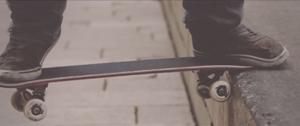 【近過ぎ!】足下にズームアップしたチョー至近距離のスケボービデオ