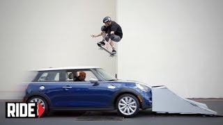 【危ない!】トニー・ホーク「ミニクーパー」の上を飛び越える!